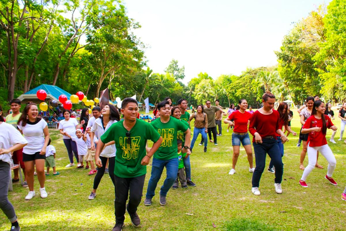 フィリピン人スタッフとその家族によるダンス
