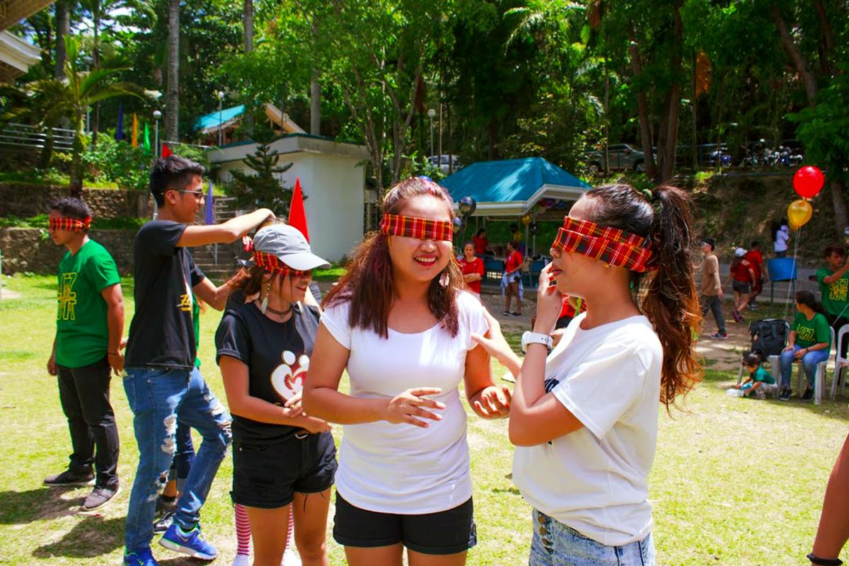 目隠しゲームを楽しむ参加者たち