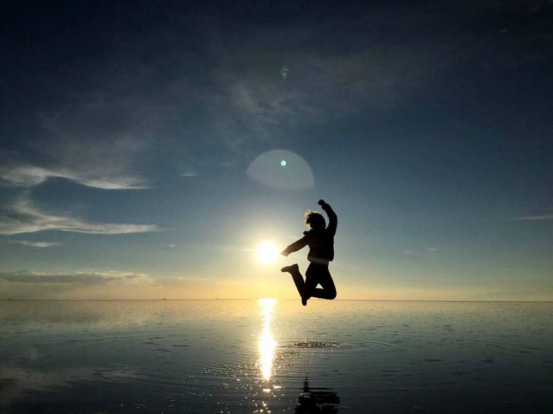 ボリビアのウユニ塩湖で飛ぶMさん