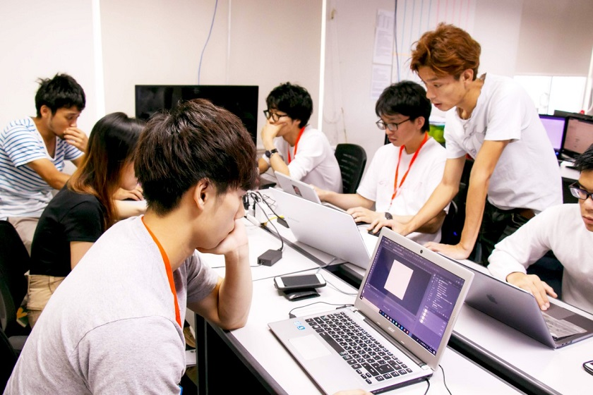 5階でITの授業を受ける生徒たち