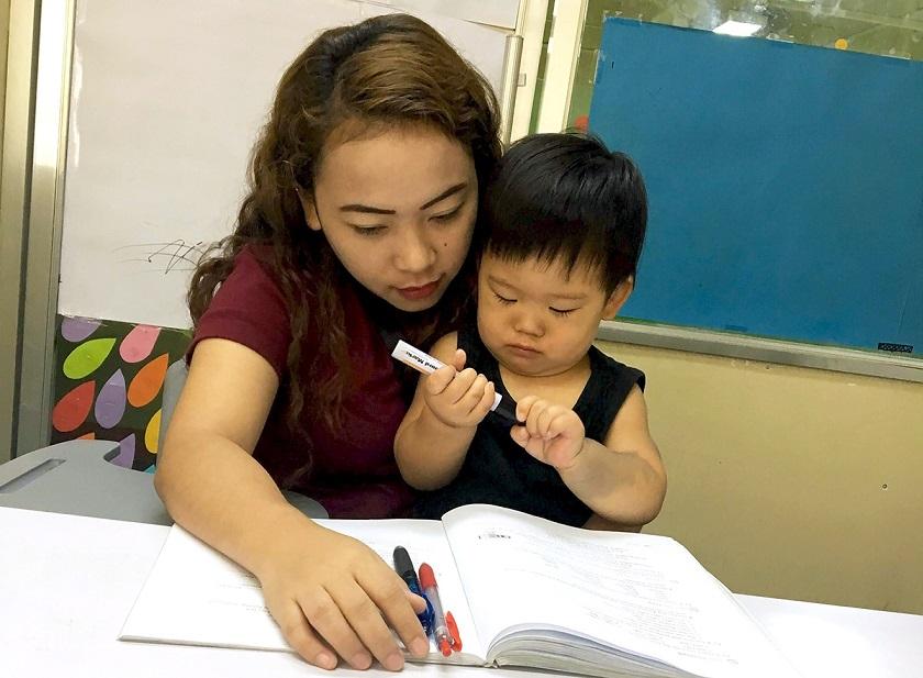 先生と英語の勉強をするあさひくん
