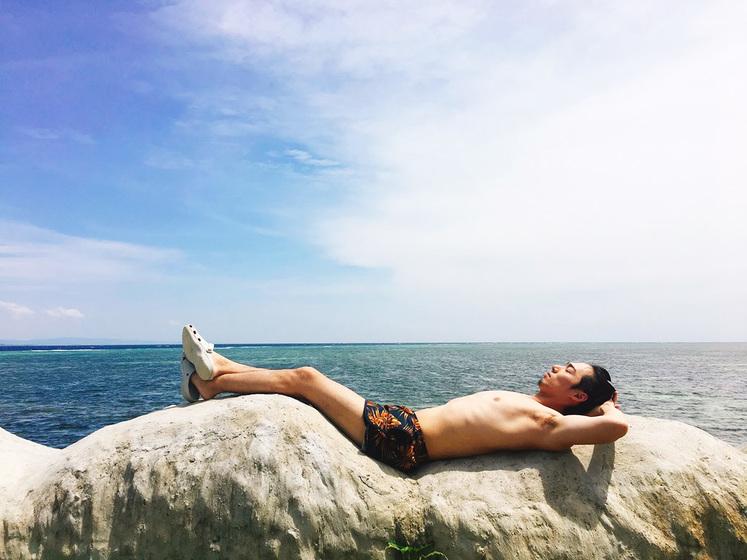 昼寝をする春の助。ナルスアン島にて。
