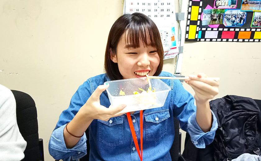 サラダうどんをすするみゆちゃん