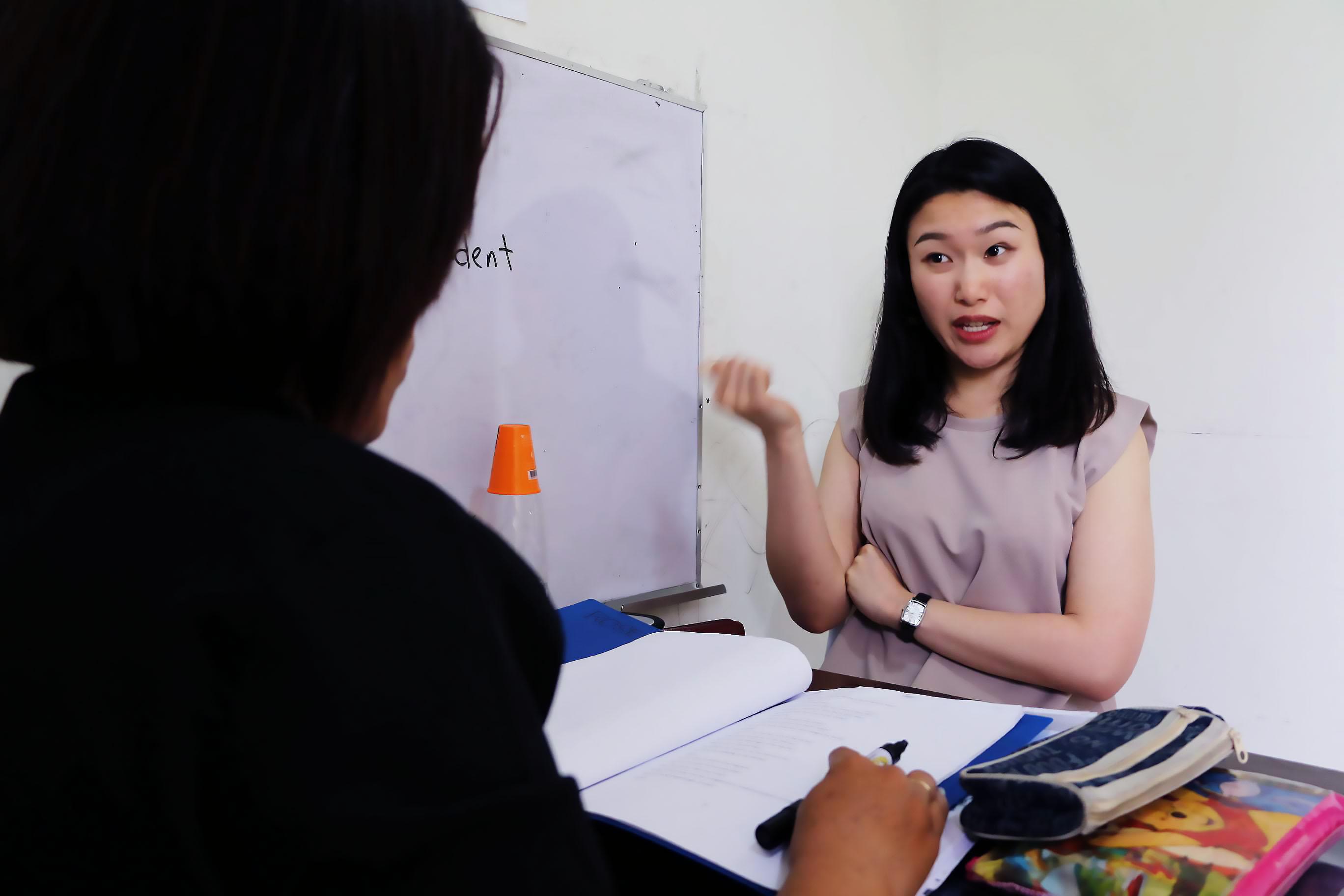 卒業前日。とても流ちょうな英語で先生と話す鈴木さん。