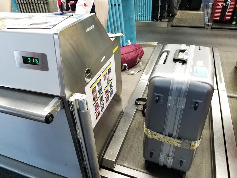 カウンター横のレーンに荷物を置きます