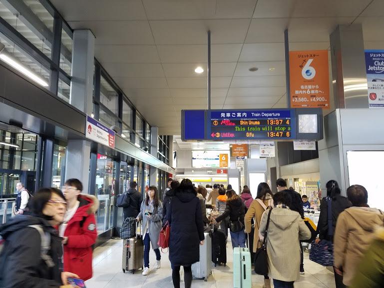 空港駅内の風景