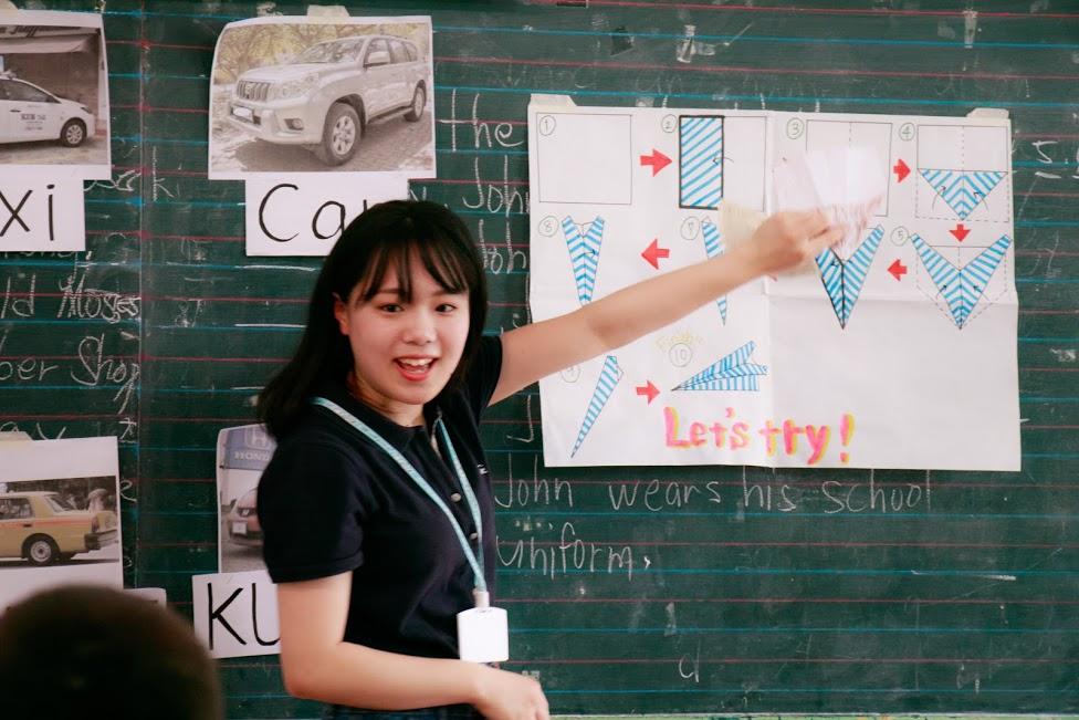 折り紙の作り方を子供たちに教えるOJTプログラムに参加した生徒さん