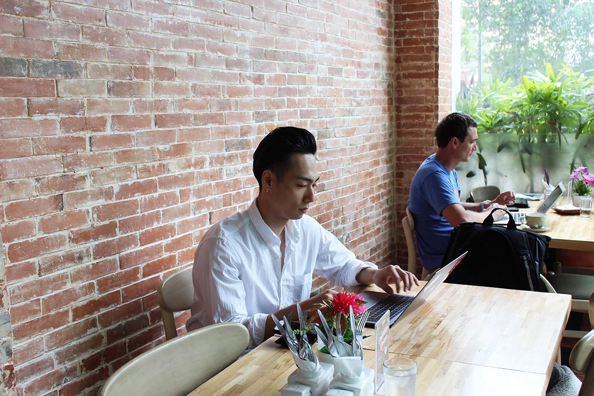 カフェでブログを書いている車田さん
