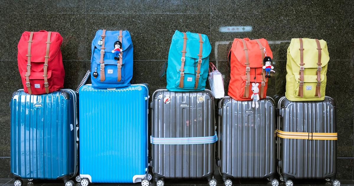 並ぶスーツケース
