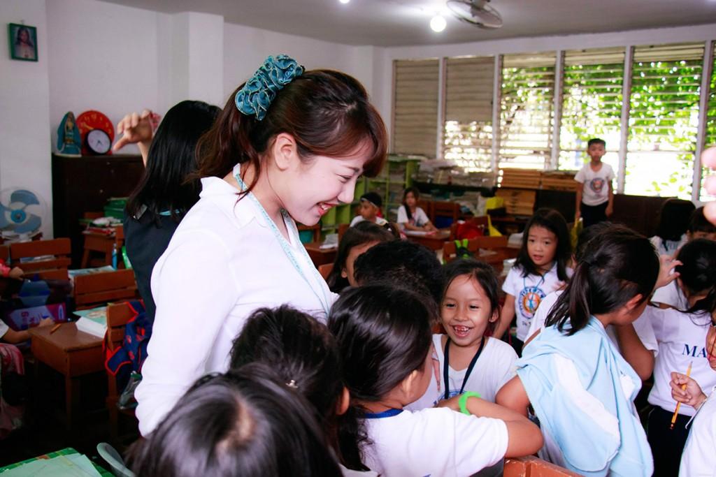 子供たひに囲まれるOJTプログラムに参加する生徒さん