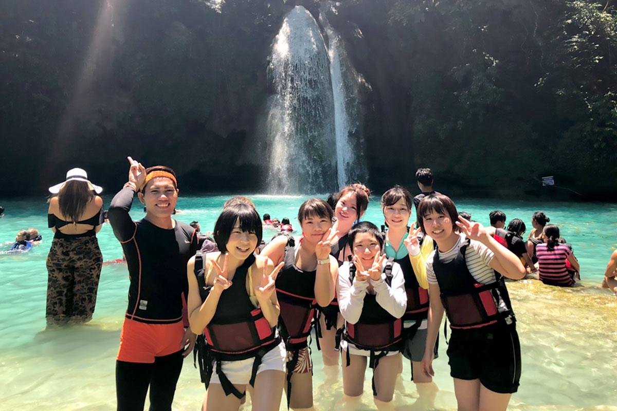 カワサンの滝に、先生と仲良しのお友達と行きました。