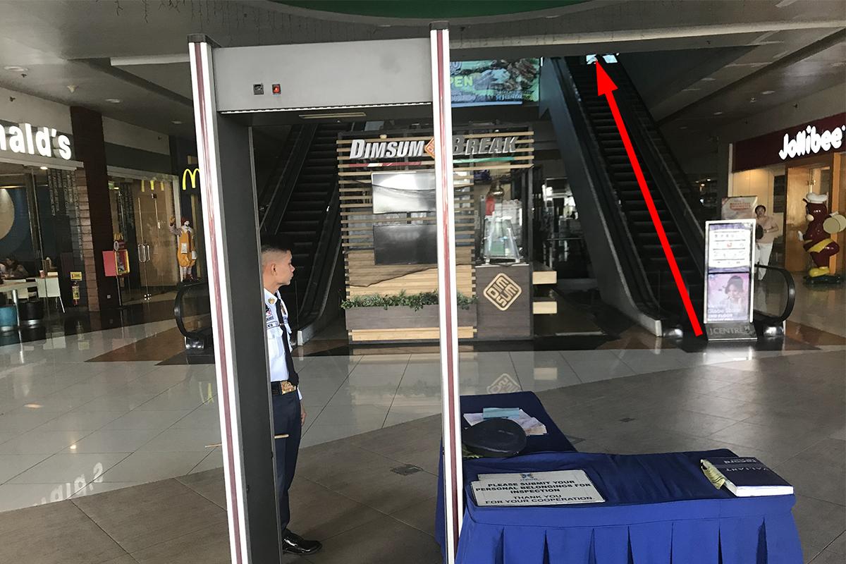 セブ島にあるJセンター・モールのセキュリティとエスカレーター