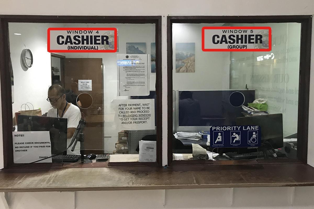 セブ島のJセンター・モール内にあるイミグレーションのCASHIER(会計)窓口