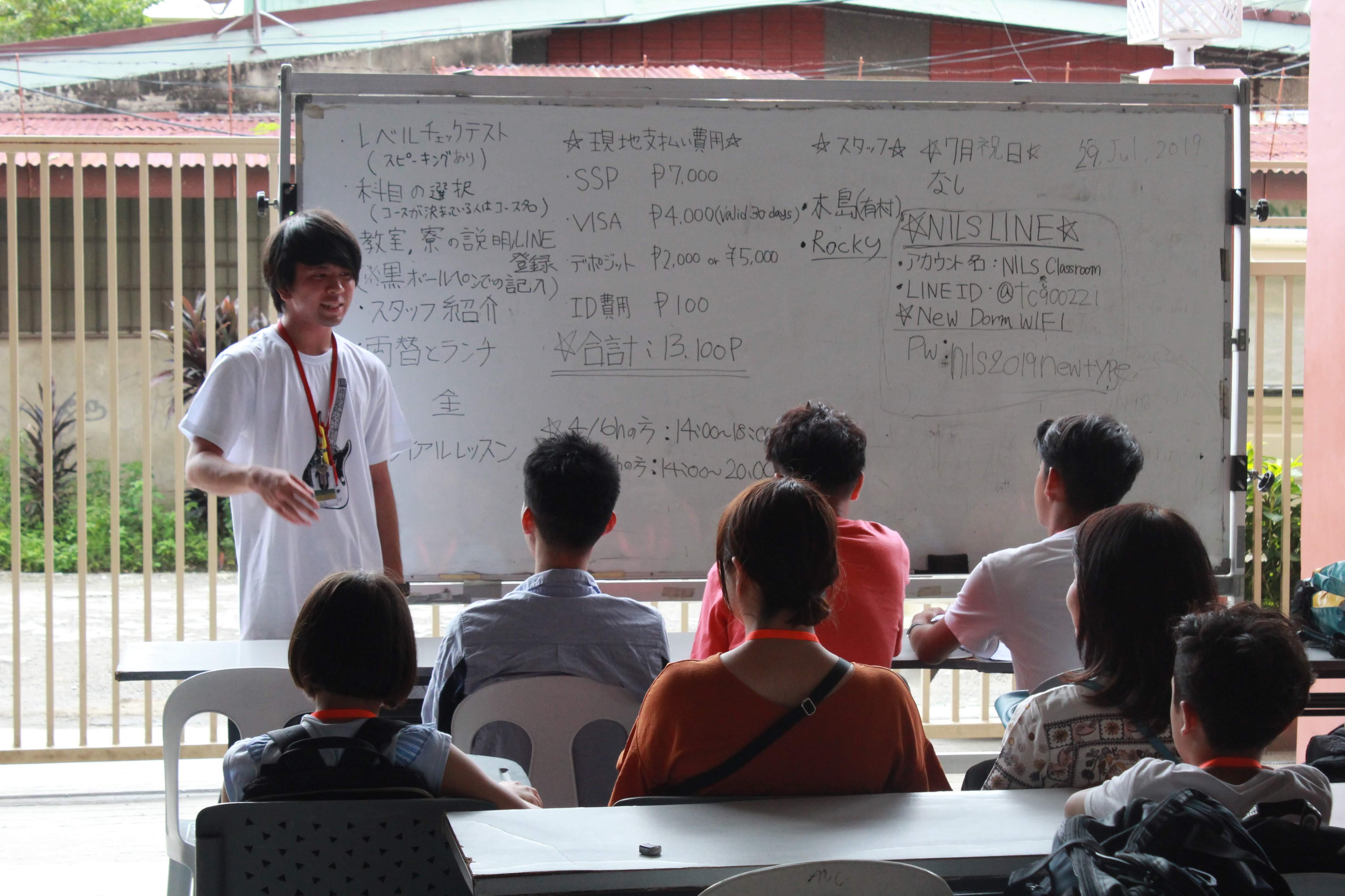 生徒さんに入学オリエンテーションを行う有村さん