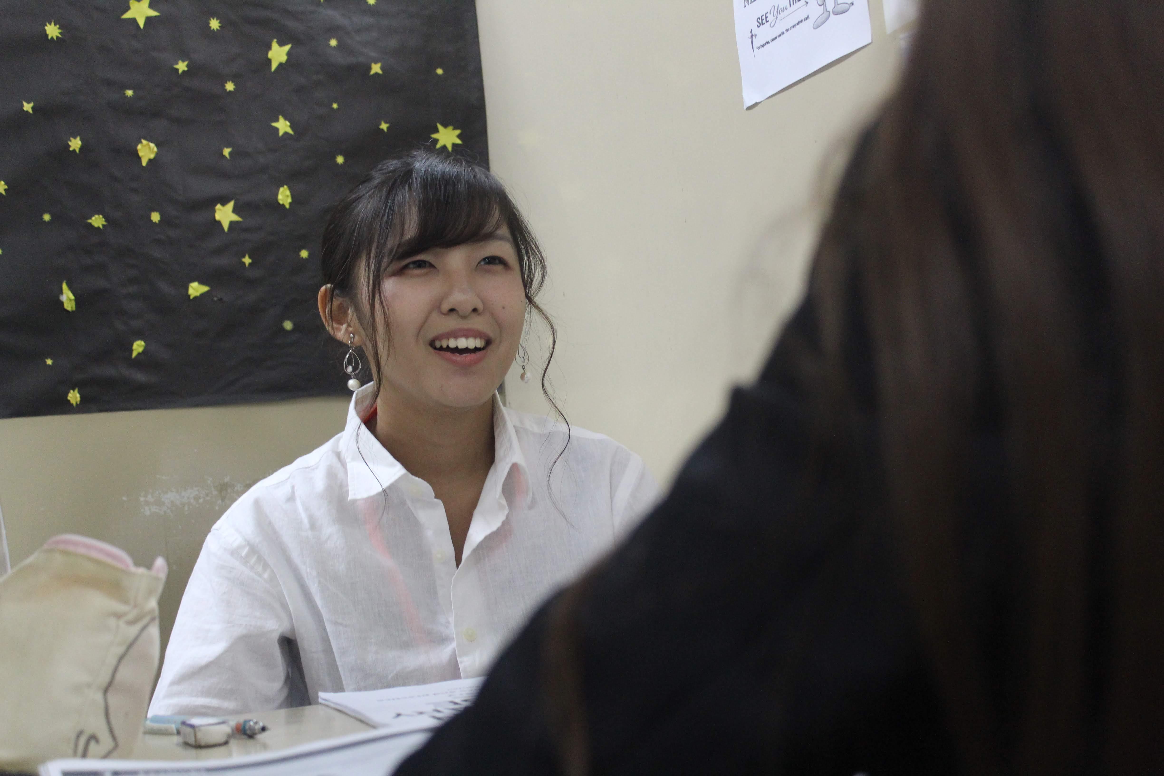 英語のマンツーマンレッスンを受ける石井さん